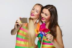 Filles prenant le selfie avec le smartphone Photo stock