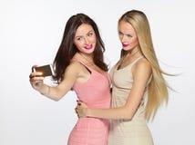 Filles prenant le selfie avec le smartphone Images stock