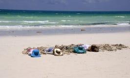 Filles prenant un bain de soleil sur la plage Image libre de droits