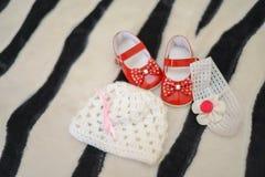 Filles rouges de chaussures, de chapeau et de bandeau image stock
