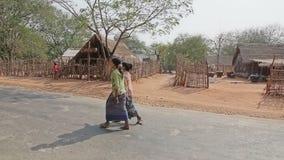 Filles rurales dans Bagan banque de vidéos