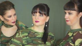 Filles russes dans l'uniforme militaire banque de vidéos
