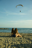 Filles s'asseyant devant l'océan en été détendant le tir large Photos libres de droits