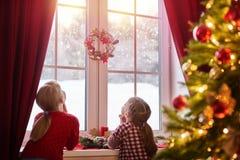 Filles s'asseyant par la fenêtre Image libre de droits