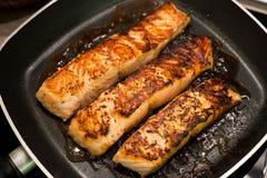 Filles saumonés frais grillés dans une casserole Photographie stock libre de droits