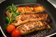 Filles saumonés frais grillés dans une casserole Photo stock