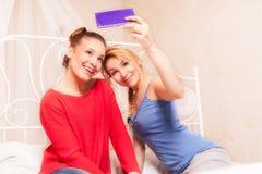 Filles se faisant photo dans une chambre à coucher image libre de droits
