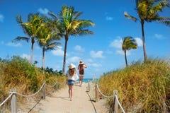 Filles se réveillant à la plage des vacances Photos libres de droits