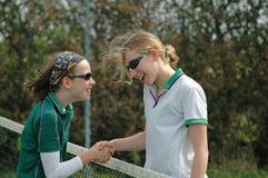 Filles se serrant la main après allumette de tennis Image stock