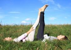 Filles se situant dans l'herbe Image libre de droits