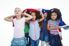 Filles se tenant avec le drapeau américain aérien Image stock