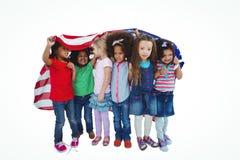 Filles se tenant avec le drapeau américain aérien Photos stock