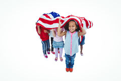 Filles se tenant avec le drapeau américain aérien Images stock