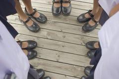 Filles se tenant sur le plancher en bois Image stock
