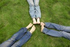 Filles se trouvant sur l'herbe Photographie stock libre de droits