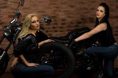 Filles sexy sur la motocyclette Images stock