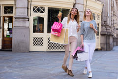 Filles shoping Photos libres de droits
