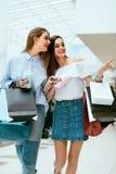 Filles shoping Amis féminins dans le mail Photographie stock