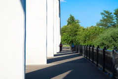 Filles sur des bicyclettes sur un pont images stock