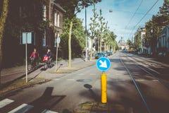 Filles sur des vélos à Amsterdam Images stock