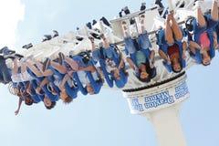 Filles sur la conduite de funfair de parc à thème Image libre de droits