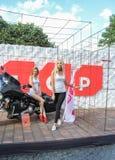Filles sur le fond d'une moto Photo stock
