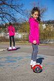 Filles sur le hoverboard photo stock