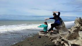 Filles sur le rivage de l'océan pacifique Photo libre de droits