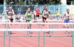 Filles sur les 100 mètres de chemin d'obstacles Photos stock