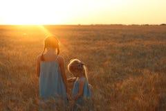 Filles sur un champ de blé Photo libre de droits