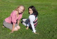 Filles sur une herbe Image libre de droits