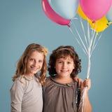 Filles tenant des ballons Images stock