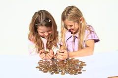 Filles tenant l'argent dans des mains Photo libre de droits