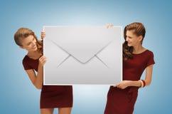Filles tenant la grande enveloppe images libres de droits