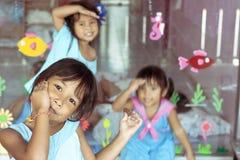 Filles thaïes dans le jardin d'enfants Photographie stock libre de droits