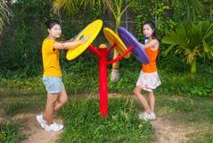 Filles thaïlandaises asiatiques avec la machine d'exercice en parc public Photos stock