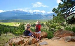Filles trimardant dans les montagnes Images stock
