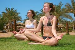 Filles tropicales de yoga photographie stock libre de droits