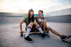 Filles urbaines appréciant en parc de patin Photographie stock libre de droits