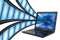 Film aan computer die op wit wordt geïsoleerde Royalty-vrije Stock Fotografie