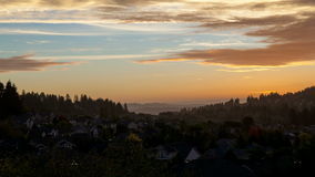 Film al rallentatore del tramonto variopinto con il movimento drammatico della nuvola sopra la città della valle felice nell'Oreg video d archivio