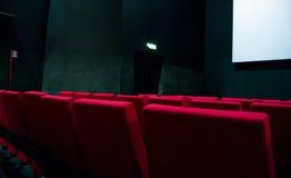 Film czerwieni i ekranu krzesła wśrodku kina fotografia stock
