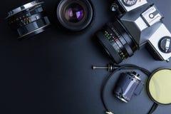 Film d'annata della macchina fotografica della foto con la lente e l'attrezzatura fotografica o Fotografia Stock