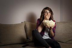 Film d'horreur de observation de femme images libres de droits