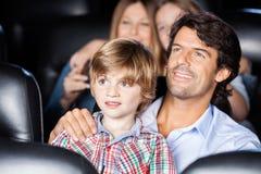 Film d'And Son Watching de père dans le théâtre Photo libre de droits