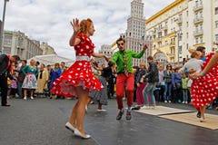 Film` Dandys ` die op Tverskaya-straat bij de Stadsdag dansen in Moskou royalty-vrije stock afbeeldingen
