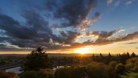 Film de laps de temps de coucher du soleil avec les nuages mobiles foncés au-dessus de la ville de Portland Orégon de bâti le Tha Photographie stock