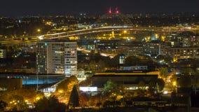 Film de laps de temps de longues traînées de lumière d'exposition du trafic rapide d'autoroute avec le paysage urbain du centre d banque de vidéos