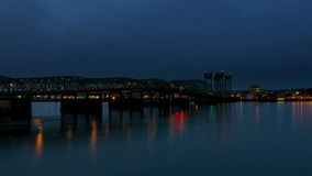 Film de laps de temps du trafic automatique sur le pont de croisement d'un état à un autre de 5 le fleuve Columbia à l'heure bleu banque de vidéos