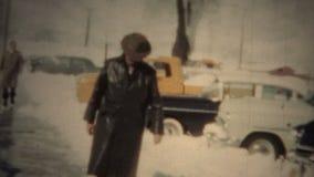 (film de 8mm) homme mystérieux dans Trenchcoat noir 1950 banque de vidéos